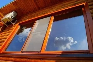 Muovi-ikkunat puinen talossa: kuvaus pääominaisuuksista, kuinka asentaa omat kädet, valokuvasi ja videoohjeet