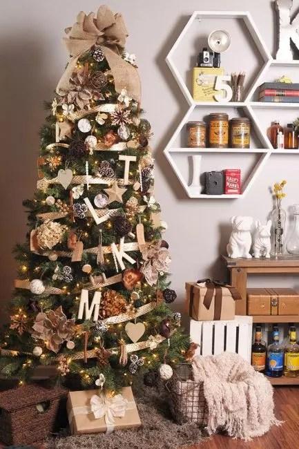 Denne granen er dekorert med alt som finnes i skogen eller i gården. Innredning i ekte krembrun gamut