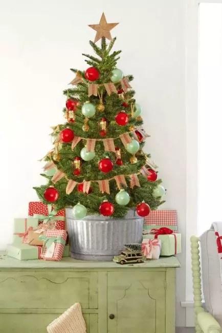 Banner av burlap, galvanisert bøtte og lanterner - hovedinnredningen av dette mini juletreet