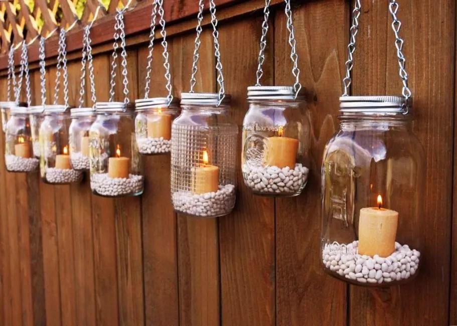 Les chandeliers peuvent être suspendus le long de la clôture du jardin afin que les soirées froides soient chaleureuses