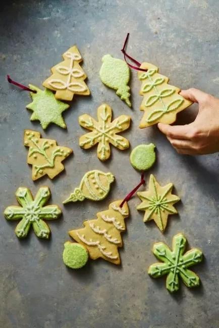 Имбирное печенье – классическое украшение для Рождества и Нового года. Его делают, использую специальные формы и глазурь из сахарной пудры с красителями. Такому декору особенно рады дети