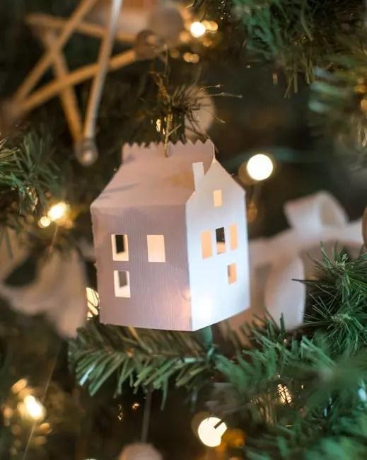 Pienet paperitalot, joissa on ikkunat, eivät tarvitse ylimääräistä sisustusta. Joulupesän valossa ne muuttuvat upeiksi!