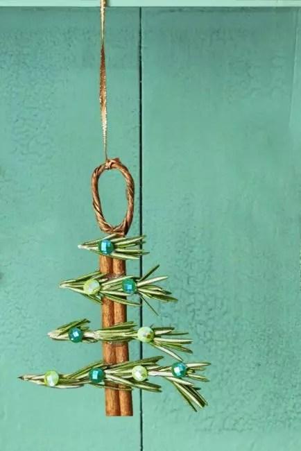 Cinnamon ja Rosmary Sticks Täytä huone upealla aromilla. Yhdistä ne liimalla ja koristella strassi