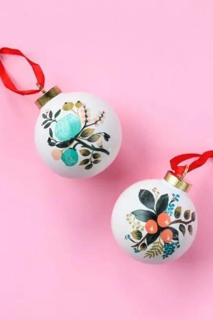 Balls with tattoos, they also have a place on the New Year Beauty. To reap the ball, it is stained with acrylic and use conventional translating in the form of colors or other patterns. Stylish New Year toys are ready!