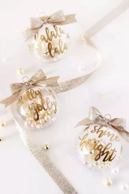 Изящные золотые шары с жемчугом – шикарное украшение. Достаточно положить внутрь шара несколько бусин искусственного жемчуга, написать пожелания золотым маркером и подвесить эту красоту на фактурную золотую ленту