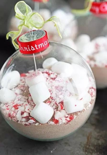 Заготовка для порции горячего шоколада в шаре. Такого еще не было. Игрушку можно использовать как подарок для друзей, неравнодушных к горячему напитку. Внутрь шара насыпают какао, сахар, кладут кусочки маршмелоу и декорируют кондитерской посыпкой
