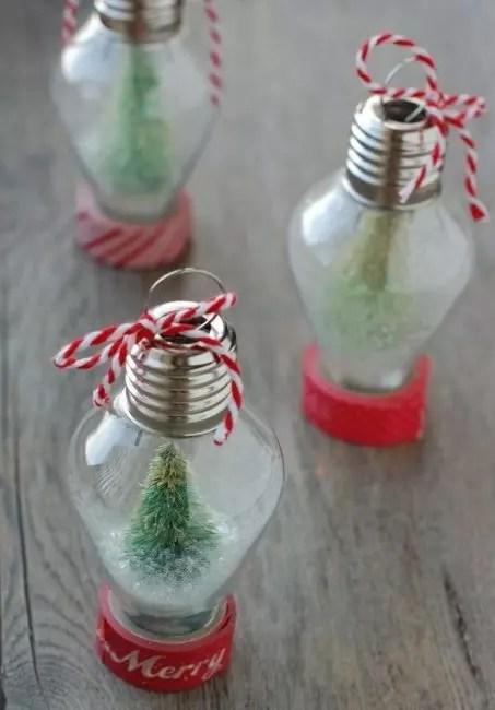 Vanhat lamput ovat erinomainen tukikohta joululelulle. Se vie glitter, keinotekoiset haarat, punaiset nauhat ja langat