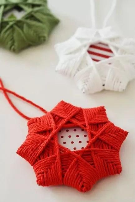 Красивая открытка как основа и намотка из пряжи – так получается рождественская звезда!