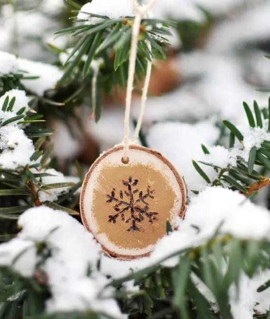Lumihiutale loitsulla - erittäin söpö. Se on helppo tehdä kaasupoltin tai yksinkertaisesti piirtää akryyli. Saavuttaa surround-kuva lumihiutaleen reunasta, joka on sävytetty kullalla. Rustic-tyylinen sisustus on valmis, se pysyy vain ripustamaan se kukolla kuusen sivuliikkeellä