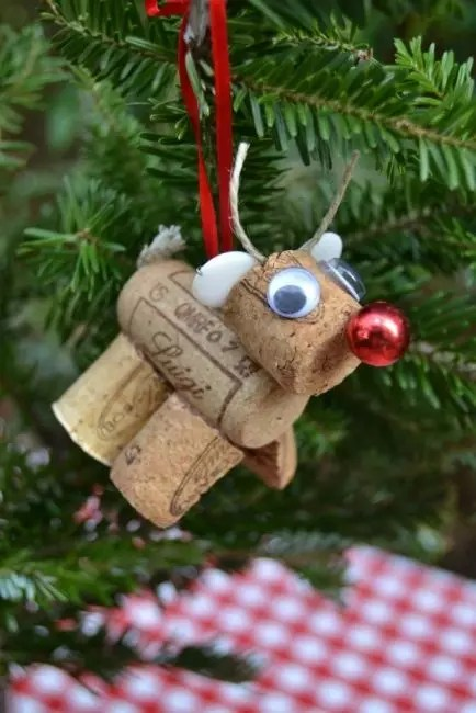 Olennok Rudolph of 2.5 wine plugs is easy. For decor - everything that is at hand, ribbons, beads, twine