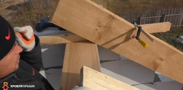 Rafterna pressas till slakt av klämman