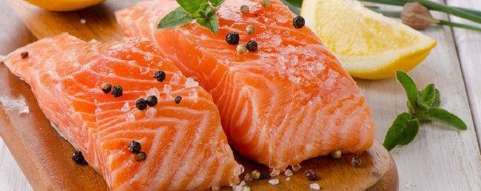 घर पर कितनी तेजी से और स्वादिष्ट नमकीन सैल्मन