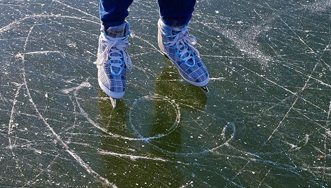 Fodspor på is fra skøjter