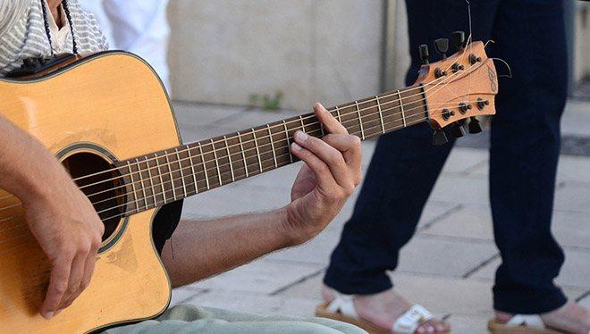 левая рука на струнах гитары