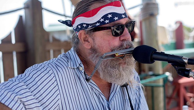 Bearded Musician spiller harmonisk
