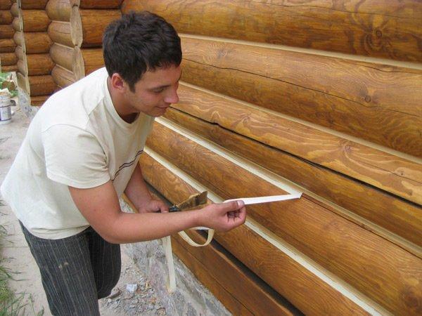 Procesul de înclinare a cusăturilor între clădirile din lemn