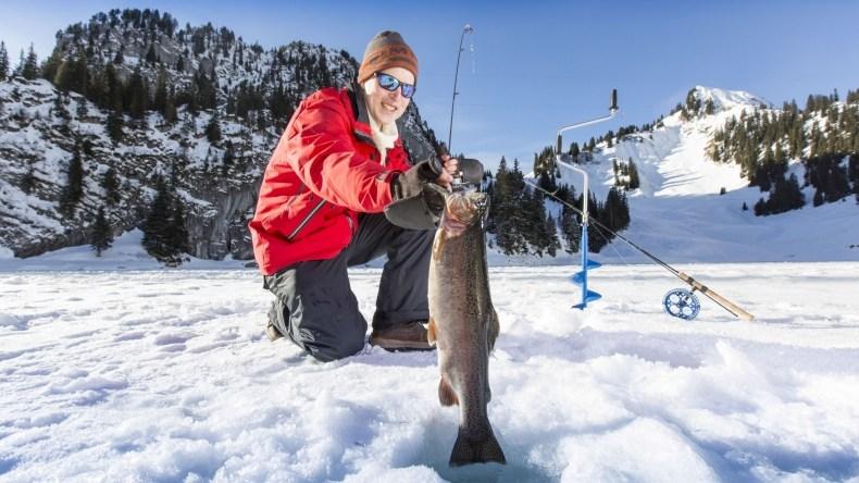 eisfischen in winterlicher umgebung auf dem gefrorenen see - Einrichtung Winterlich