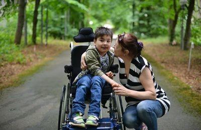 Пособие по уходу за ребенком инвалидом: кто получает, размер повышение в 2020 году