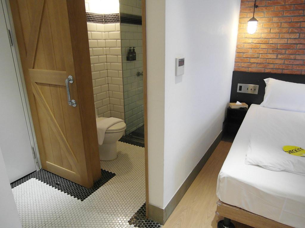 浴廁門片是穀倉門,滑開來背後就是全身鏡 雀客旅館check Inn 試住 雀客旅館check Inn,簡約