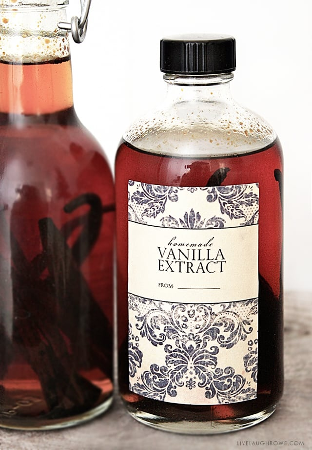 This Homemade Vanilla Extract printable label makes a great addition to your homemade vanilla for gifting! livelaughrowe.com