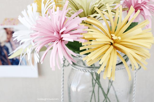 Beautiful Paper Spider Mums make the perfect spring bouquet! livelaughrowe.com