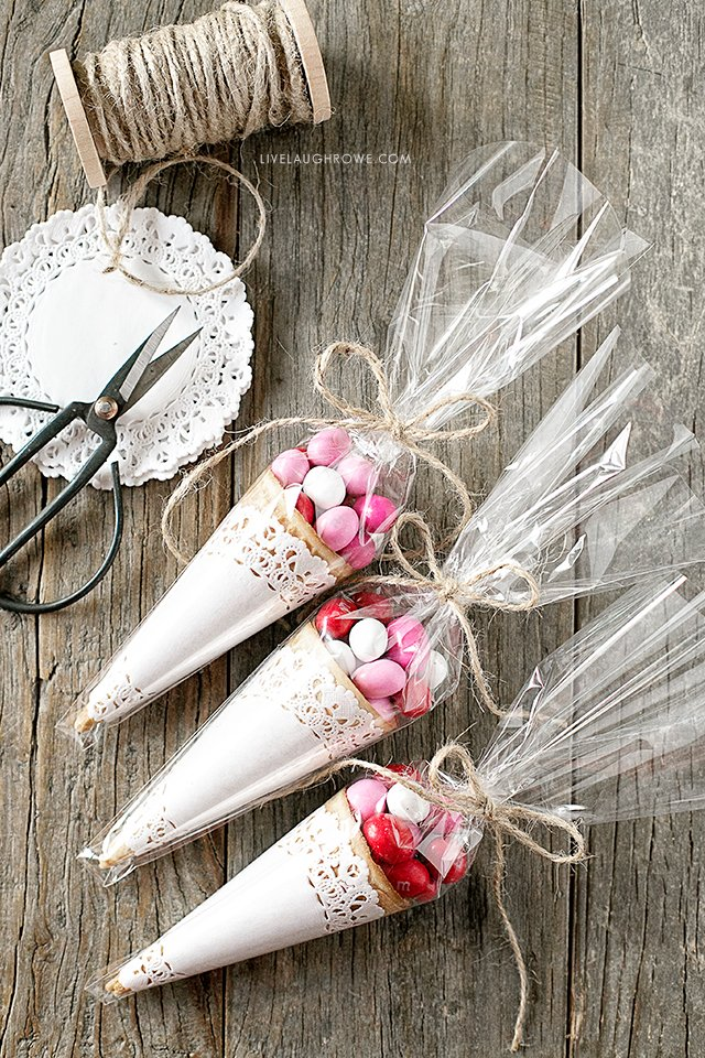 Looking for an adorable favor or a Valentine's Day Snack Idea for the classroom party? These sweet treats are darling and delicious. Learn more at livelaughrowe.com