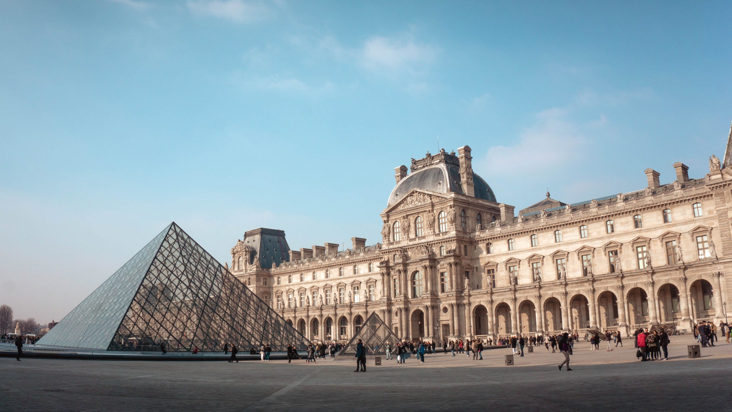 A group of people in front of Louvre