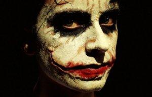 De las esquinas de la boca del Joker, van cicatrices.