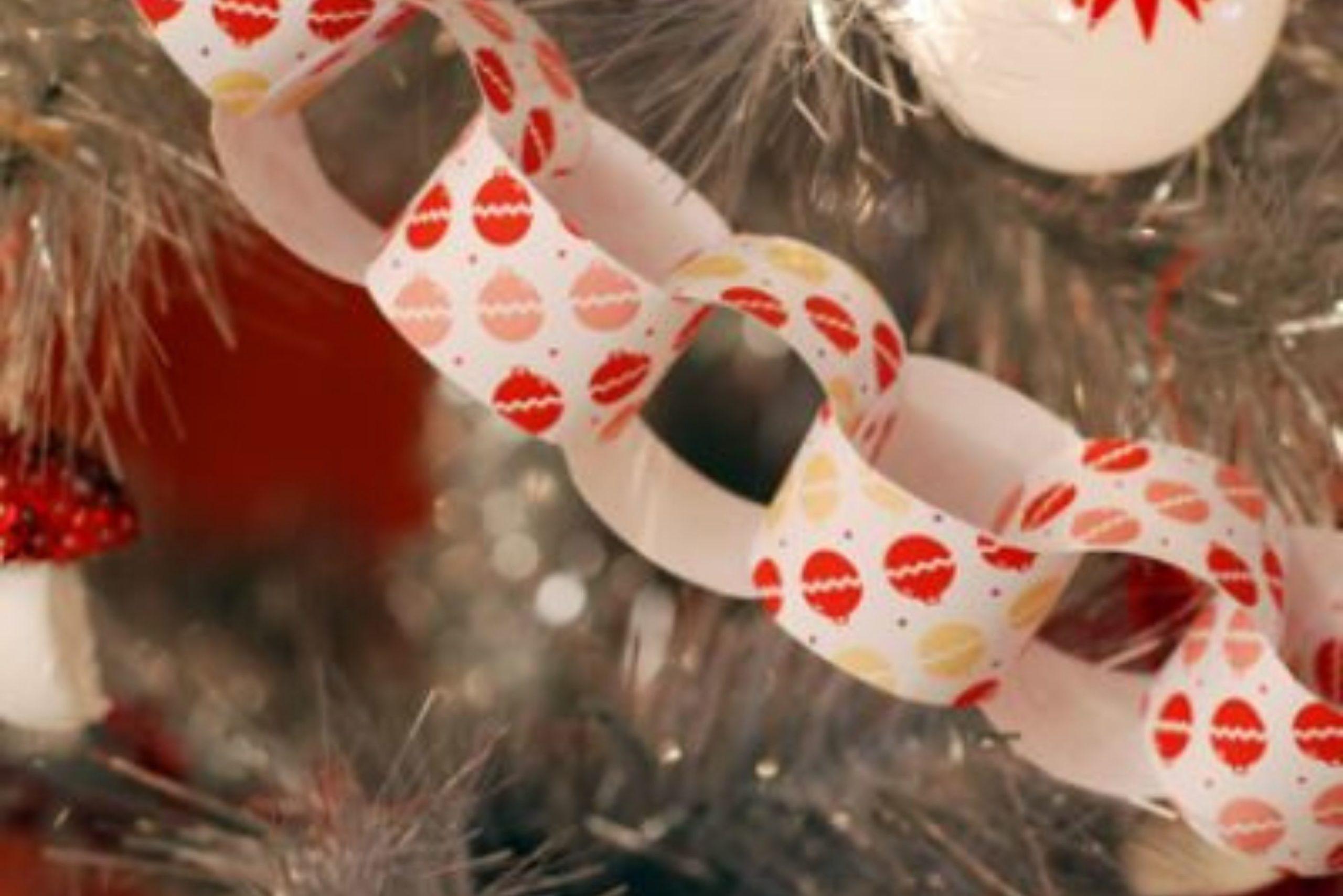 Girlanden aus Schneeflocken, Sternen, gesäumt für das neue Jahr