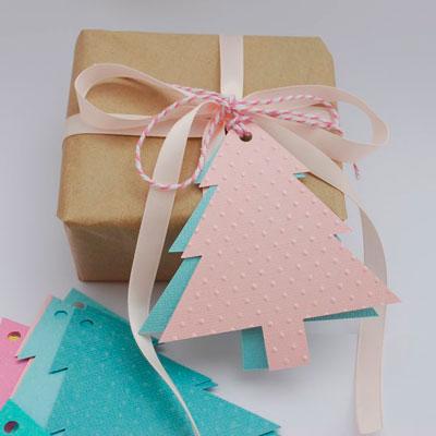 Рождестволық шыршаға жаңа жылдық хабарлама үшін сыйлықтар қаншалықты әдемі