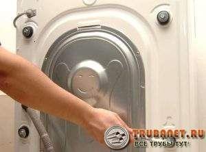 Photo - Comment les vis de transport de la machine à laver sont enlevées