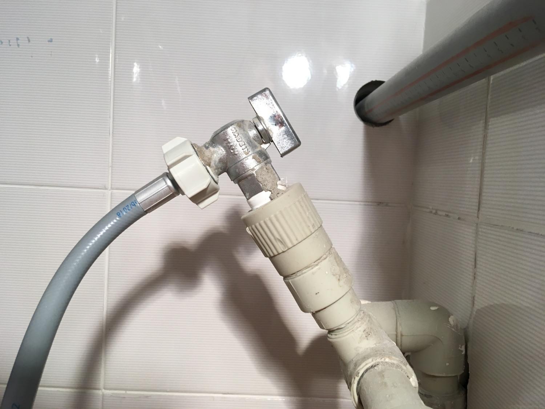 Connectez la machine à laver à l'alimentation en eau