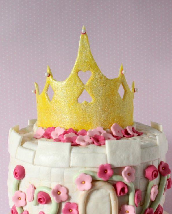 オリジナルのケーキの装飾としてのテンプレートでマスターの冠