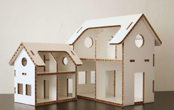 Пример картонного домика с прорезями для окон и дверей
