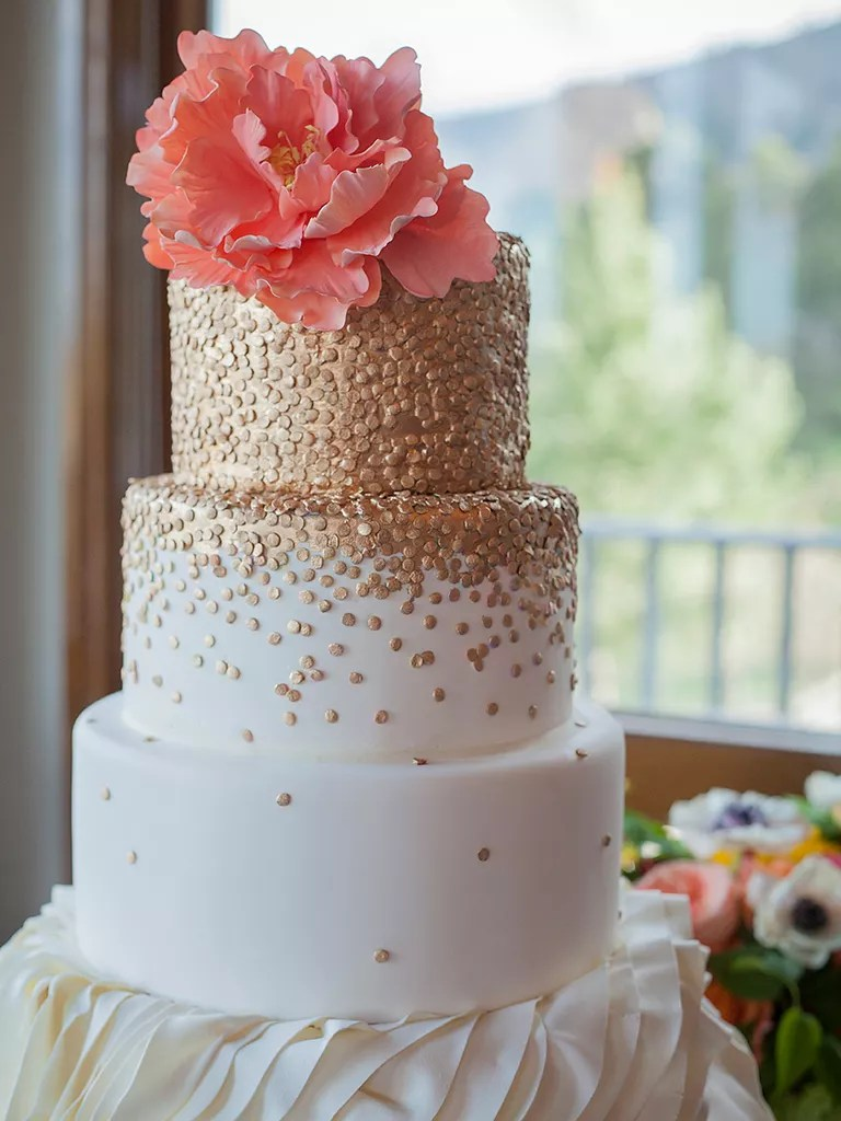 18 Wedding Cakes With Bling That Steal the Show Glam wedding cake with metallic gold details