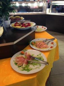 buffet interno   Picture of Sushi Wok Beijing  Olgiate Comasco     Sushi Wok Beijing  buffet interno