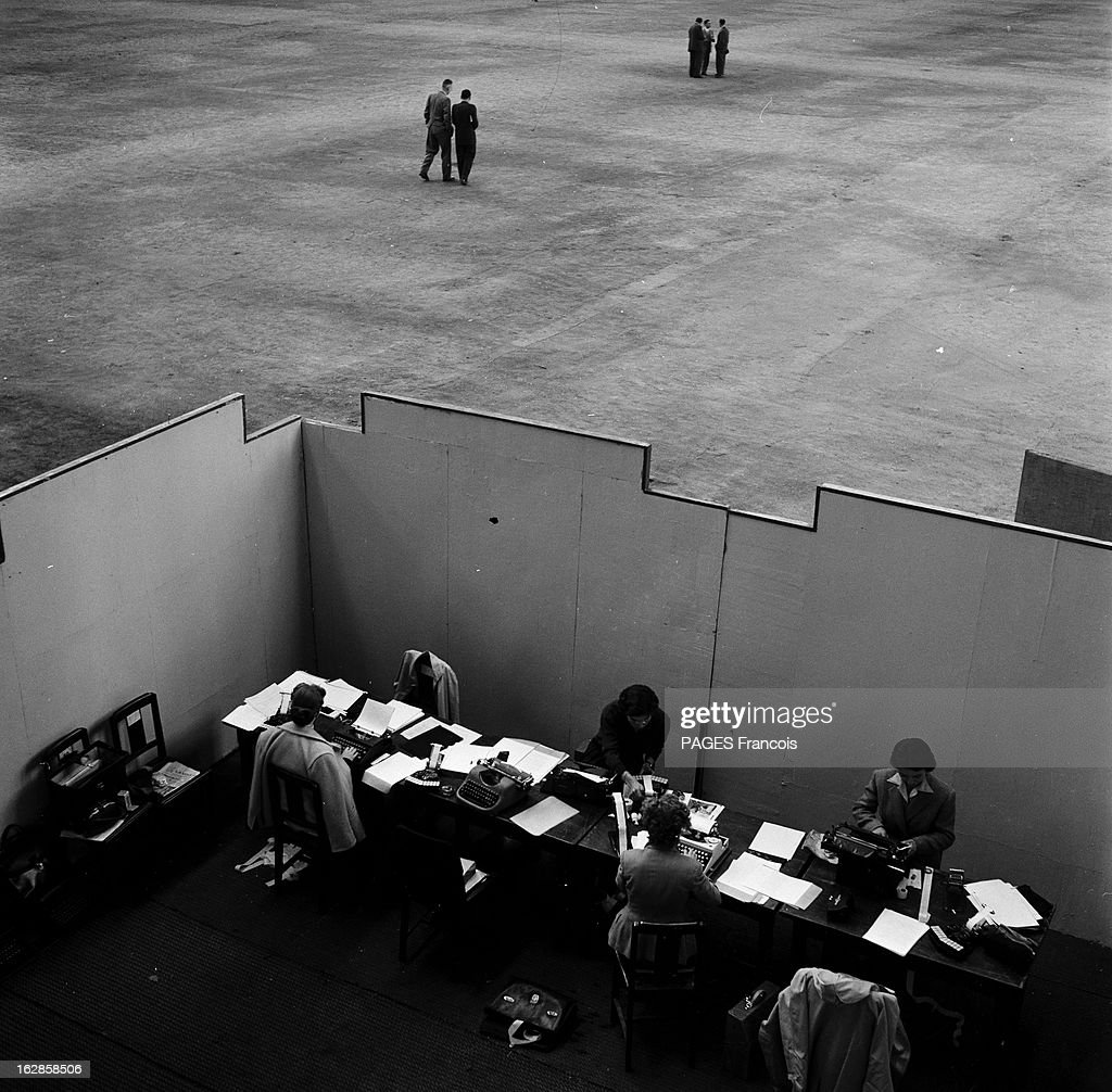 Hangar Vide Stock Photos and Pictures   Getty Images Mrp Congress En 1954 des secr    taires derri    re des cloisons dans un grand hangar  vide lors d