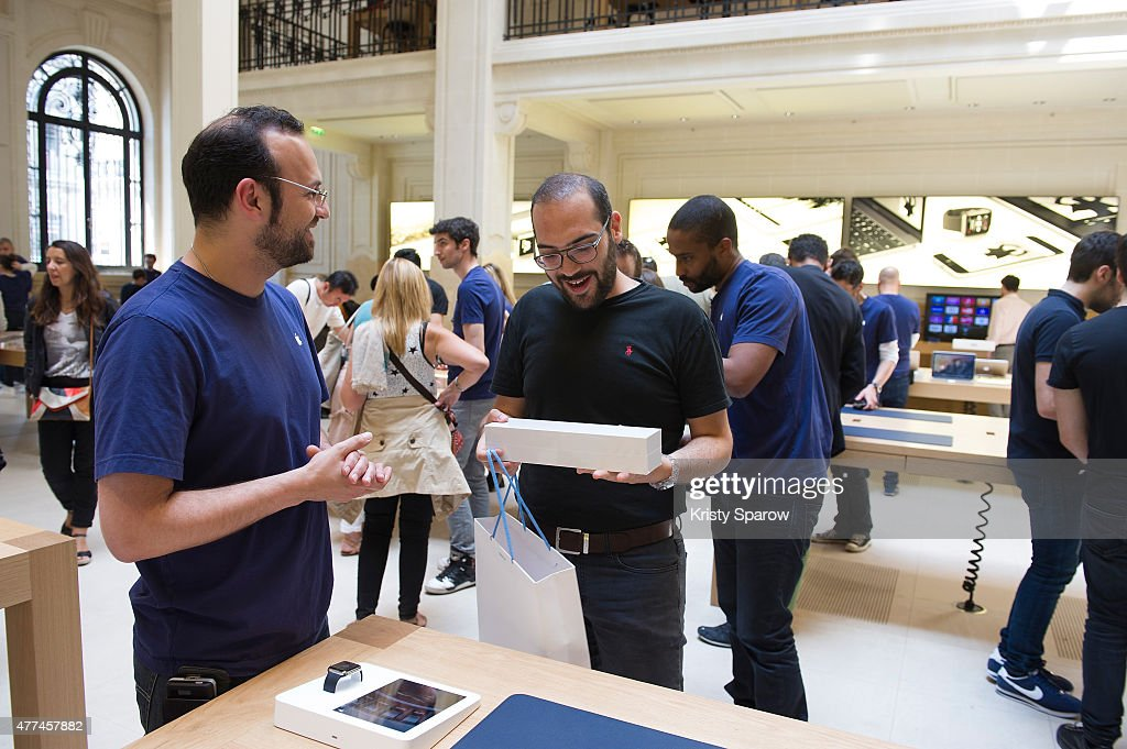 Apple Watch Availability At Apple Store Opera Paris Photos and     The Apple Watch is available at the Apple Store Opera Paris on June 17  2015