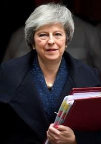 May ofrece no presentarse a la reelección a cambio de superar hoy la moción de confianza