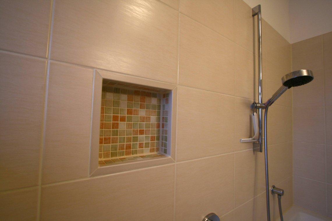Bad sanieren mit Elektrik und Badmoebeln — Fliesenleger für Bad und Haus in Leipzig