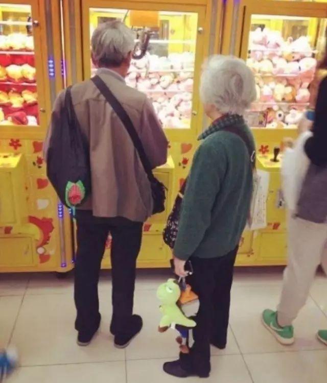 好文170927:刷爆朋友圈的暖心照片:这才是爱情最好的模样!