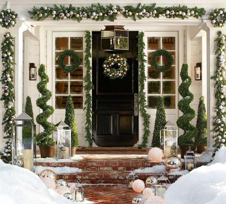 Pintu yang indah dengan desain Tahun Baru