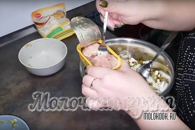 Cruzando el hígado del embalaje en un bol.