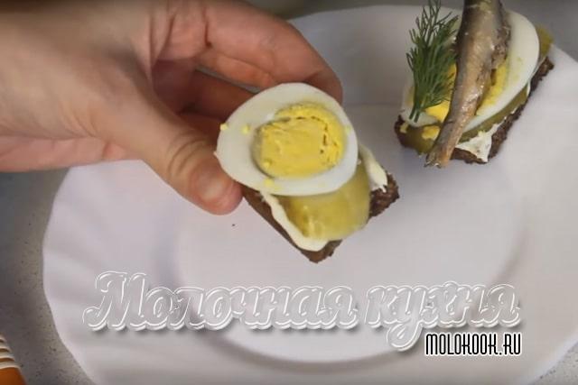 تخم مرغ و خیار گذاشته شده است