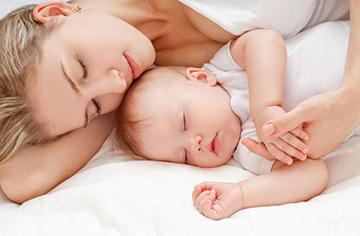 Barnet somnar bra med mamma