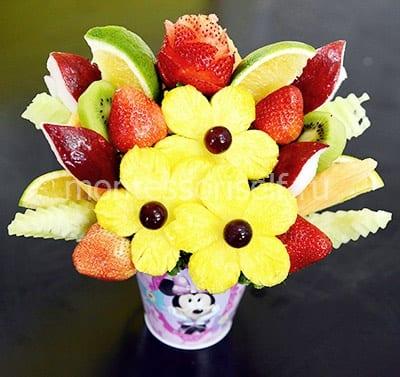 Buquê de frutas e bagas do aniversário da mãe