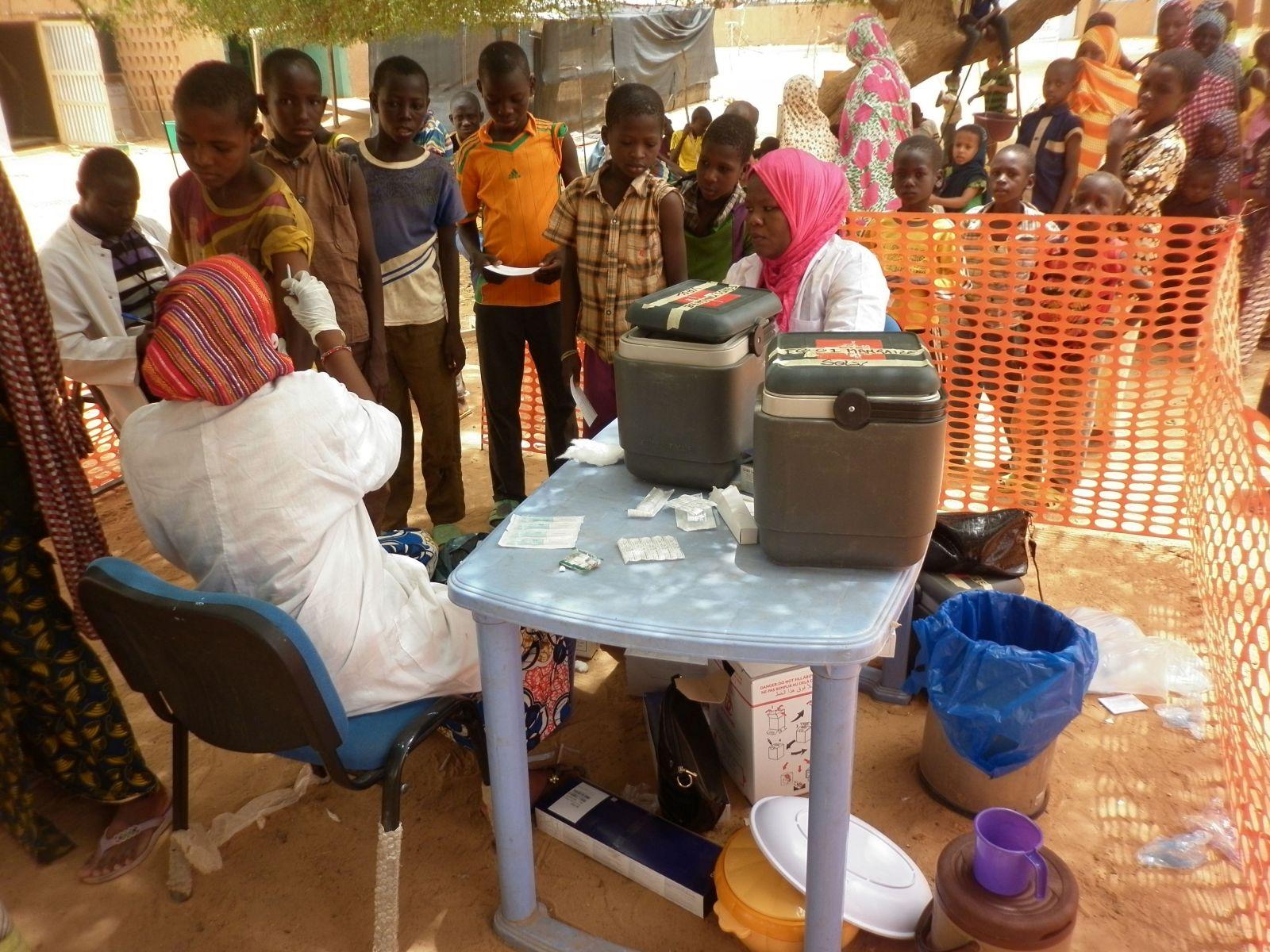 Mennesker i kø for at blive vaccineret mod mæslinger i Mangaizé, Niger.