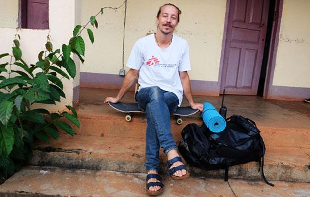 Alexander har altid sit skateboard med i felten for Læger uden Grænser