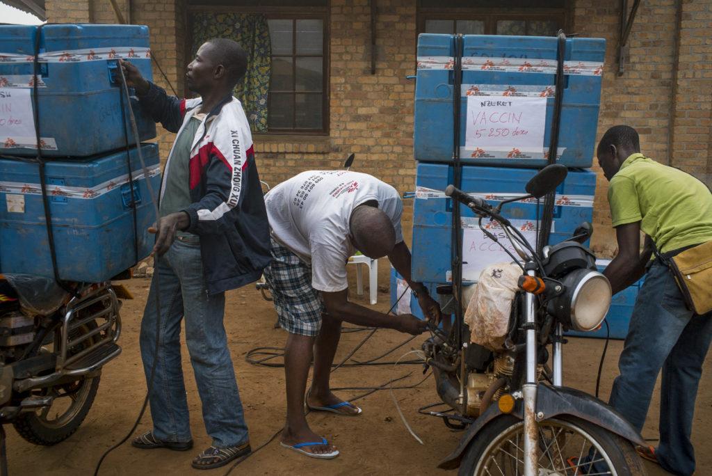 Motorcykler bliver pakket med køletasker fyldt med vacciner mod mæslinge i DR Congo.