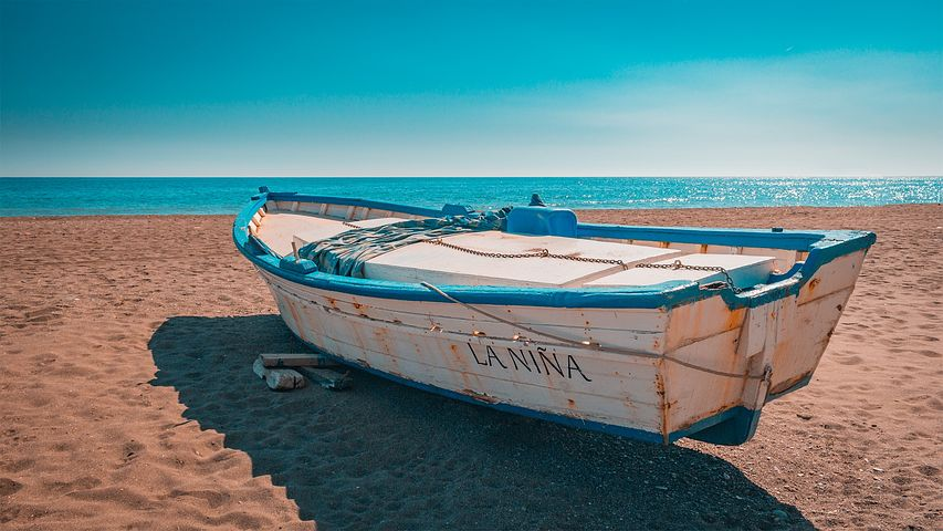 loď na pláži